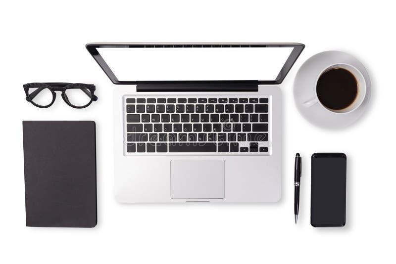 人在黑音色的设备辅助部件平的位置在办公桌桌上例如笔记本手提电脑,咖啡 免版税库存图片
