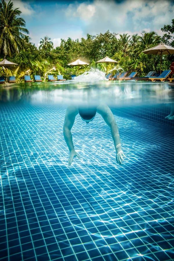 人在水池漂浮在水面下 免版税库存图片
