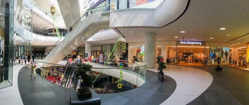 人在购物豪华购物中心内部的人群仓促全景  免版税库存照片