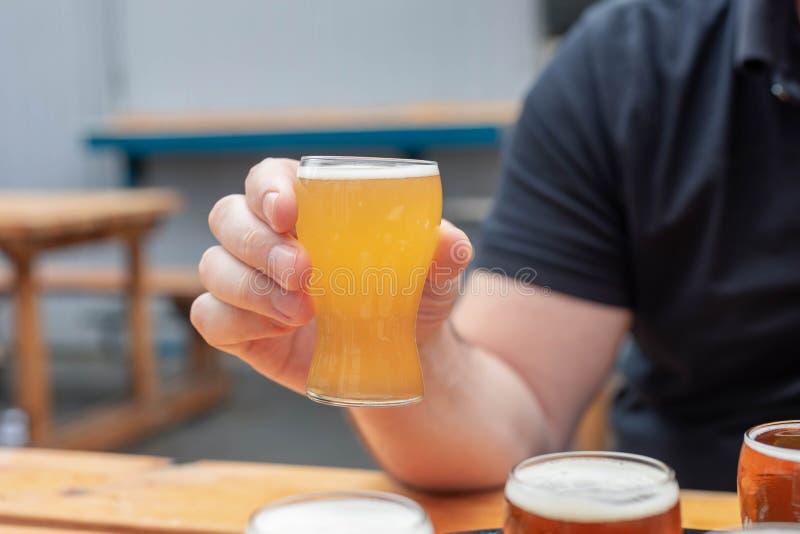人在brewfest的采样啤酒 库存照片