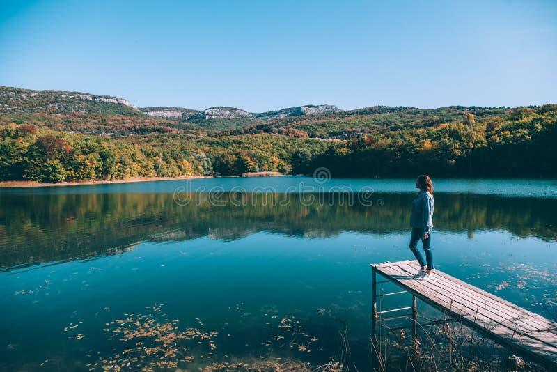 人坐同辈由湖 库存图片
