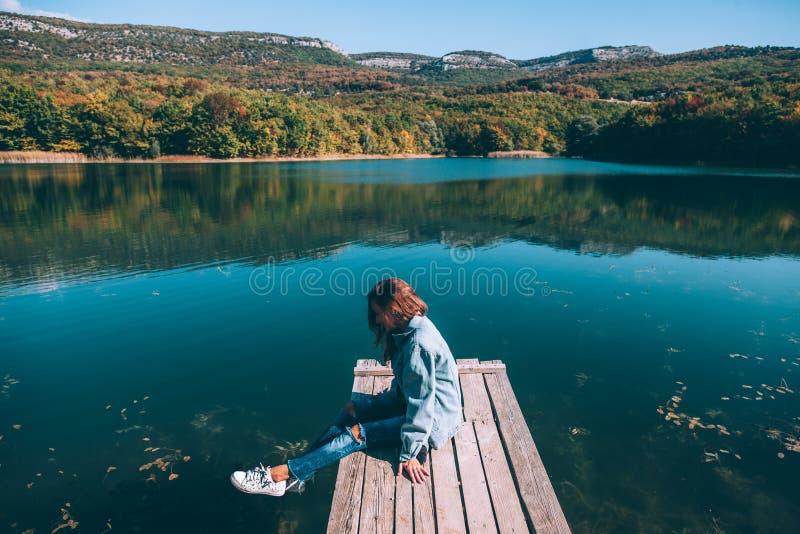人坐同辈由湖 库存照片