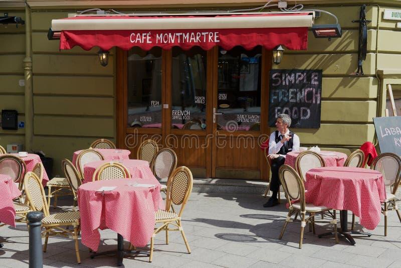 Download 人坐在桌上在咖啡馆蒙马特在街市维尔纽斯,立陶宛 编辑类照片. 图片 包括有 咖啡, 外面, 食物, 夏天 - 72354556