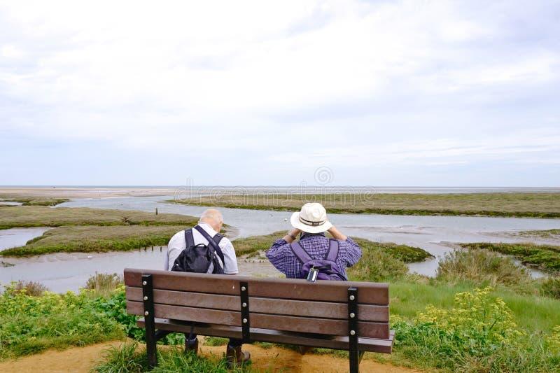 人坐长凳 免版税库存照片