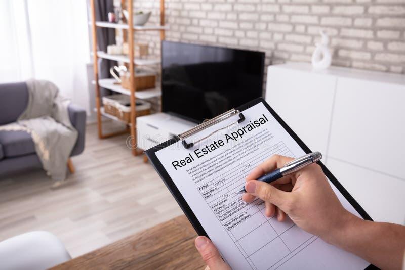 人填装的不动产评估形式 免版税库存照片