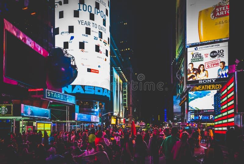 人大人群在时代广场在晚上,在中间地区Manha 图库摄影