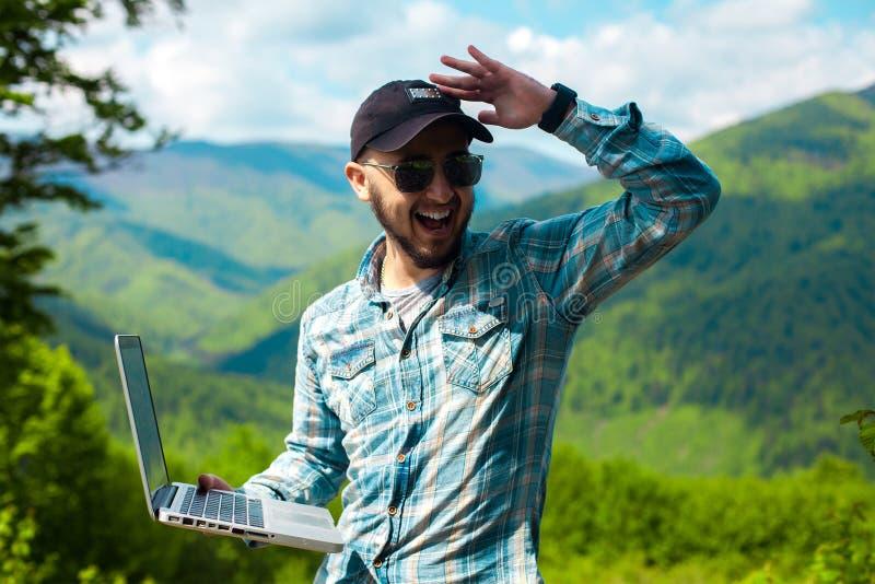 Download 年轻人太阳镜的和有膝上型计算机的在手中 库存照片. 图片 包括有 夏天, 办公室, 微笑, 方式, 成功 - 72366086