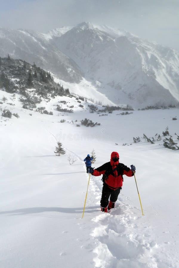 人夫妇山冬天远征的 库存照片