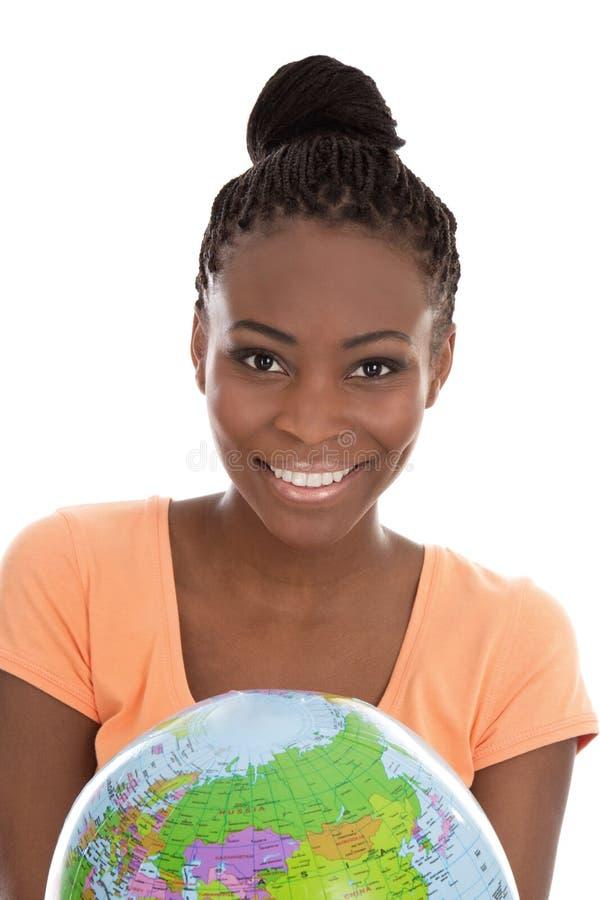 黑人妇女在她的手上的拿着地球 免版税库存照片