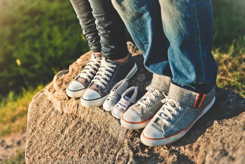 人妇女时髦的运动鞋外面在婴孩之间 免版税库存照片