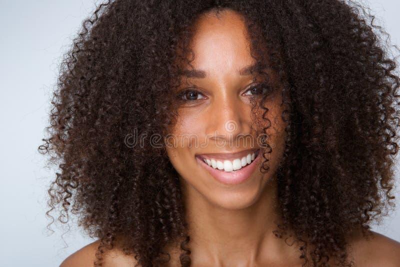 年轻黑人妇女笑 库存图片