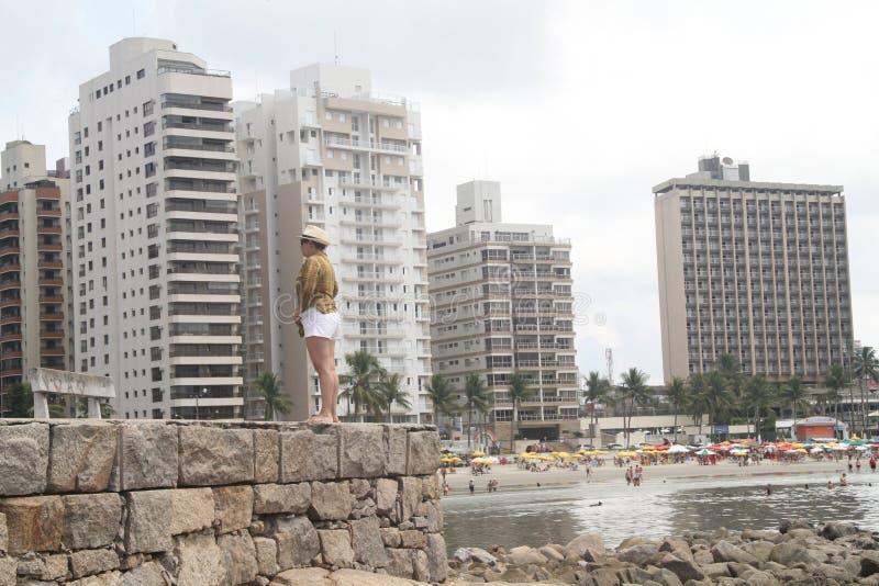 人妇女阿斯图里亚斯海滩保利斯塔海岸Guarujà ¡圣保罗巴西 免版税库存照片