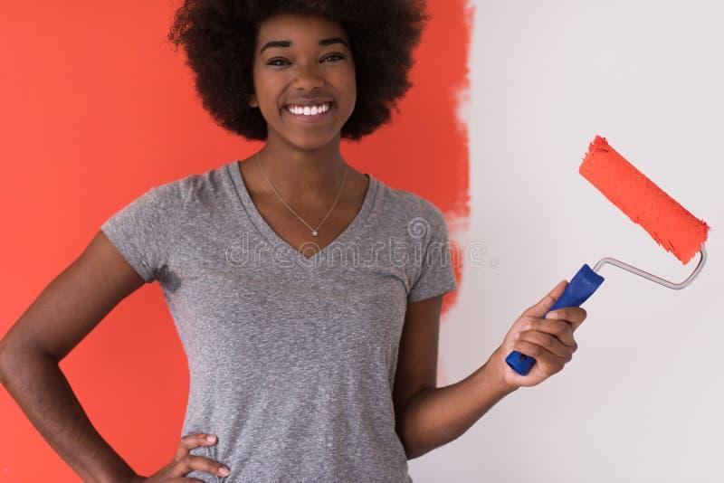 黑人妇女绘画墙壁 库存图片