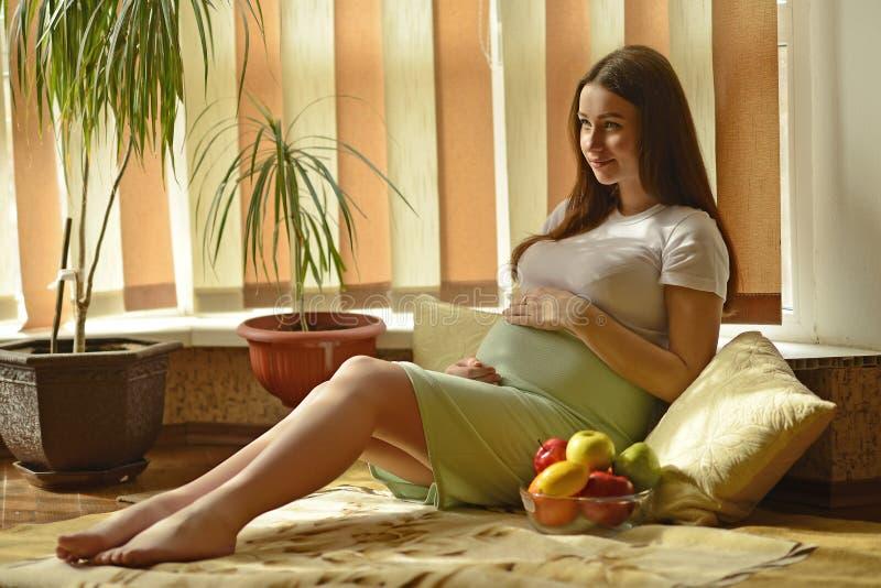 年轻人孕妇 免版税库存图片