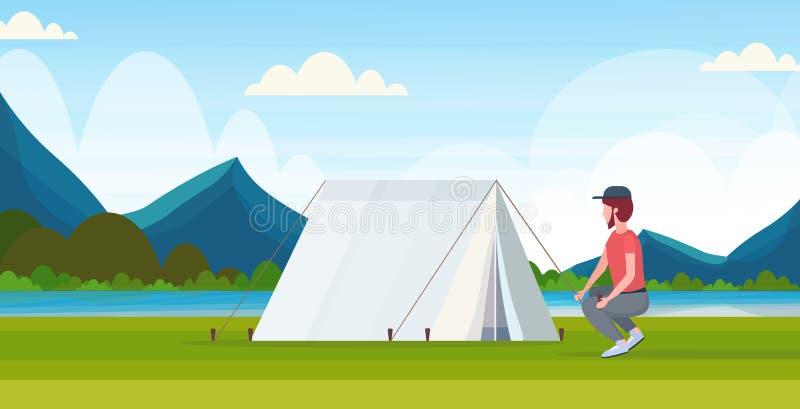 人安装帐篷的徒步旅行者露营车为野营的步行的概念旅客做准备在远足美丽的河山 皇族释放例证