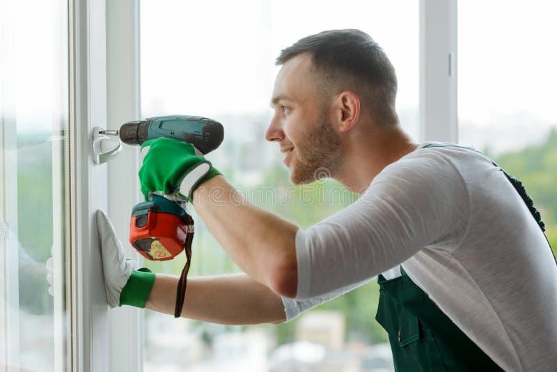 人安装窗口把柄 免版税库存图片