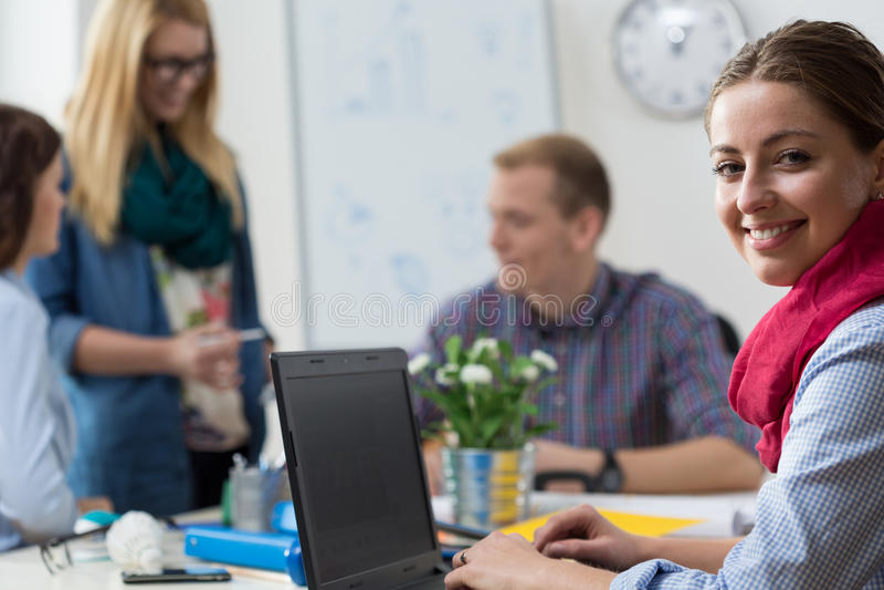 年轻人实习生在办公室 免版税库存图片