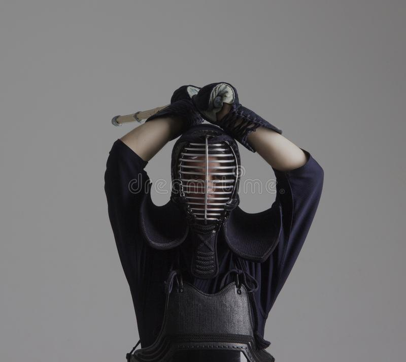 人实践在传统装甲的kendo 摇摆与竹剑的他 免版税库存照片