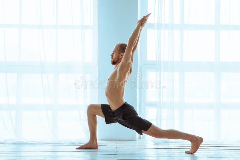 人实践的先进的瑜伽 一系列的瑜伽姿势 生活方式概念 库存照片