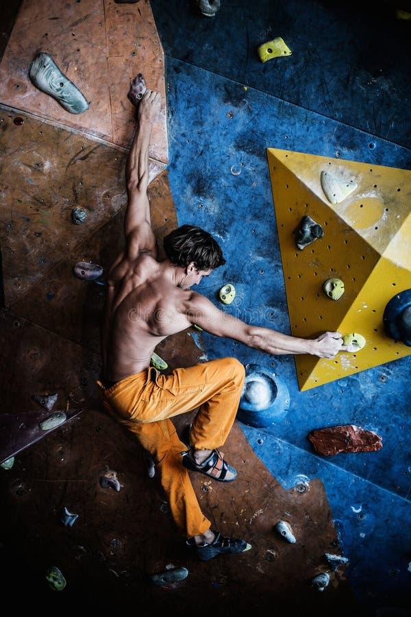人实践的攀岩 免版税库存照片