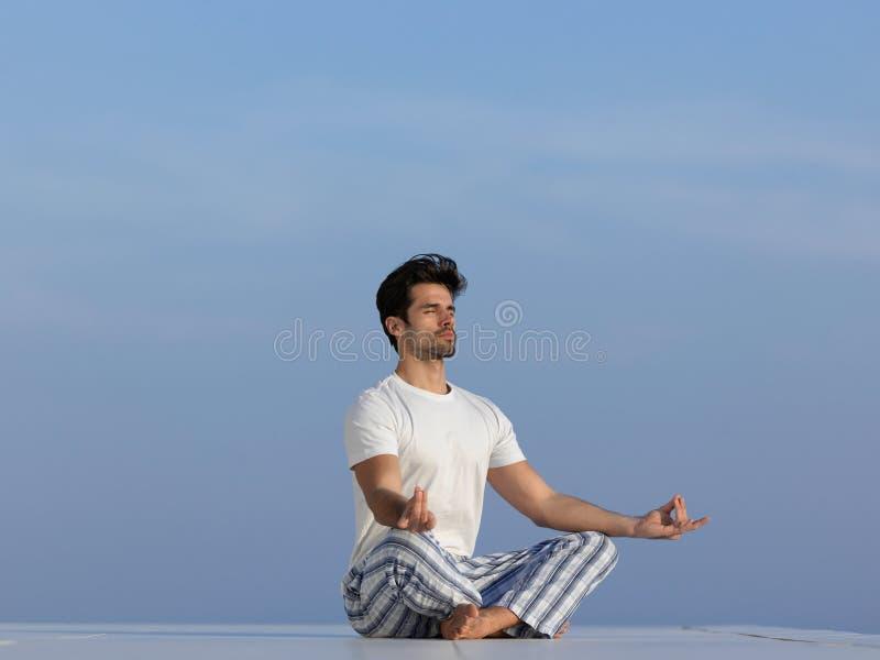 人实践的瑜伽年轻人 免版税库存照片