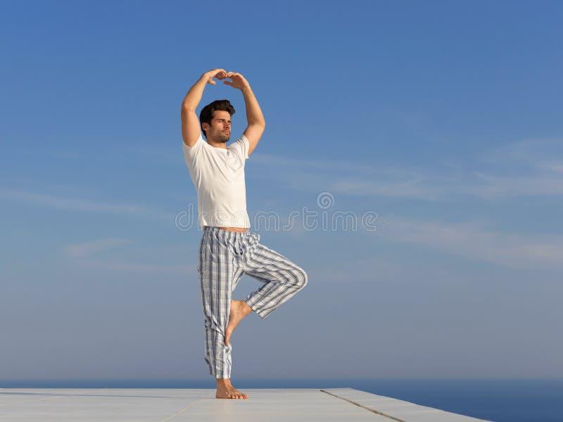 人实践的瑜伽年轻人 库存图片