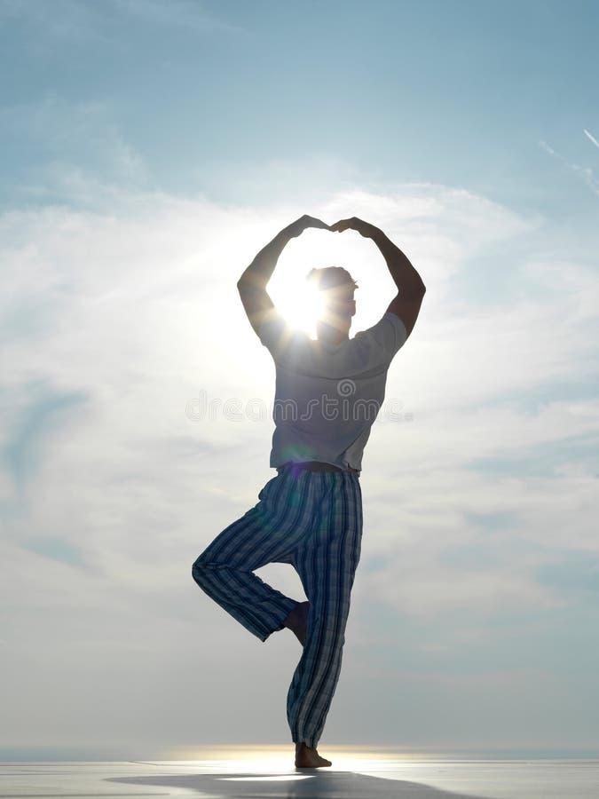 人实践的瑜伽年轻人 免版税图库摄影
