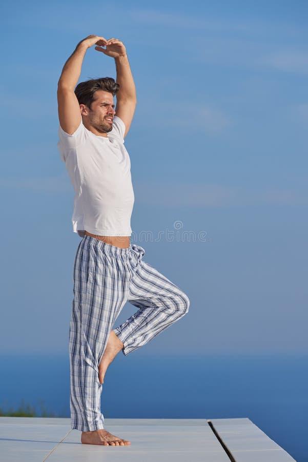 人实践的瑜伽年轻人 库存照片