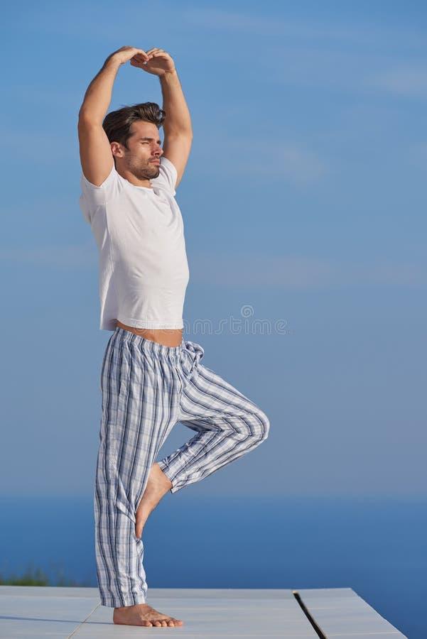人实践的瑜伽年轻人 免版税库存图片