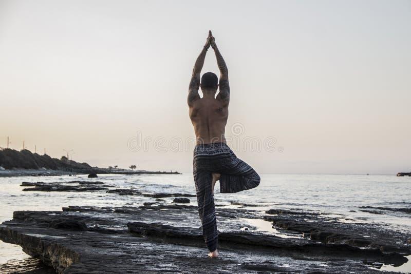 人实践的瑜伽 免版税库存图片