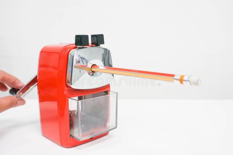 人对锋利的铅笔的用途磨削器 免版税图库摄影