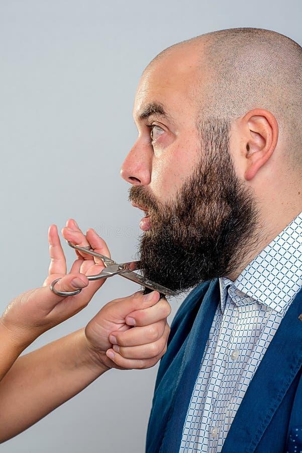 人对cuttting的胡子不那么满意 图库摄影