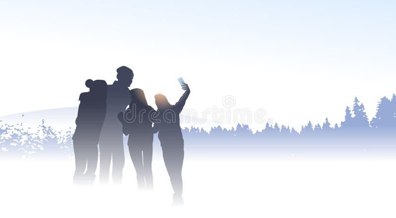 人小组旅客采取Selfie照片山冬天森林自然背景的剪影朋友 向量例证