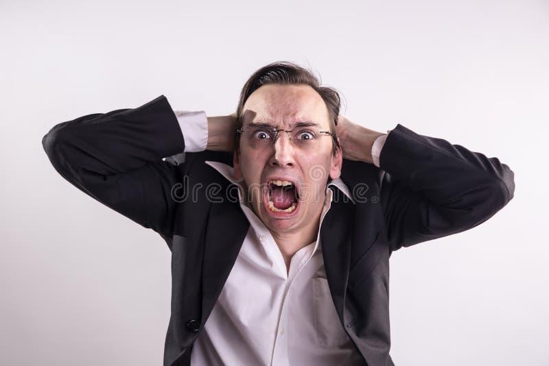 年轻人尖叫沮丧地愤怒和 免版税库存图片
