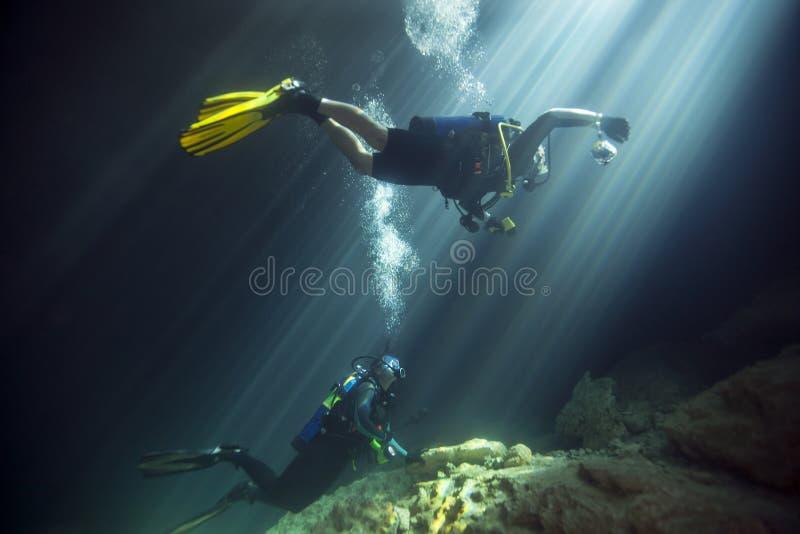 年轻人已婚夫妇-潜水恶魔小室 库存图片