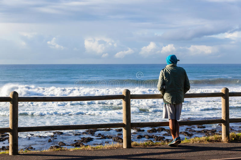 人常设海滩海洋 免版税库存照片