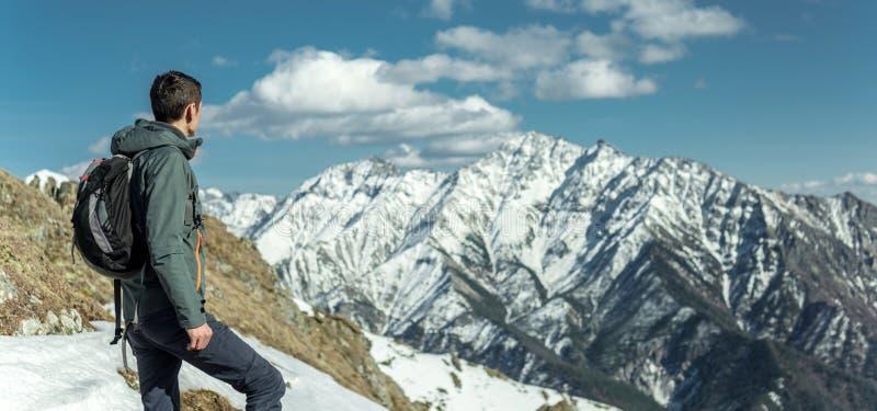 人庆祝站立在多雪的山背景的成功  刺激的他们的目标的概念和成就 免版税图库摄影