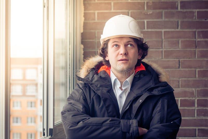人建造者 在防护服装和盔甲的建造者 男性建造者 机械工作者画象  查寻的工程师 免版税库存照片