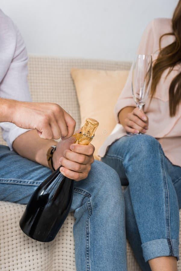 人开头瓶部份看法香槟,当他的女朋友时 库存图片