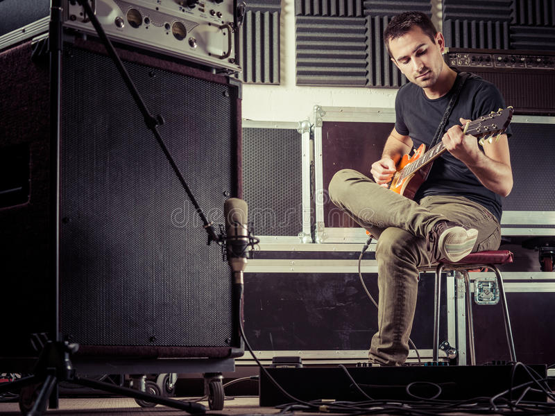 人录音吉他轨道在演播室 免版税库存照片