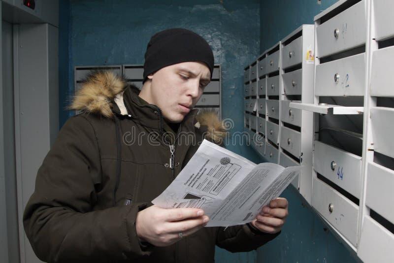 人得到了在邮箱的票据 免版税库存图片