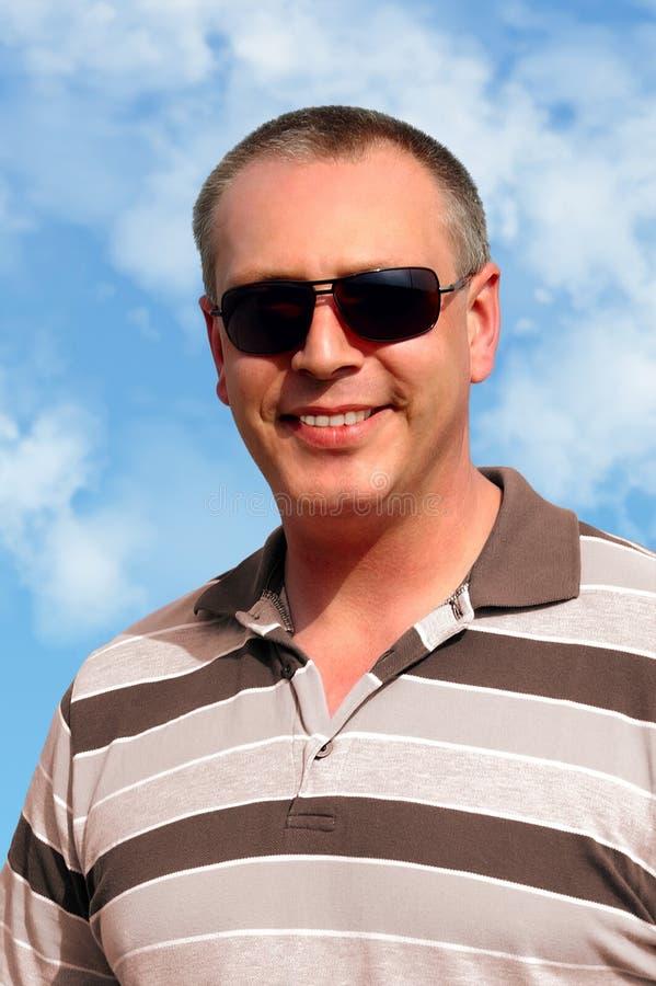 人微笑的太阳镜佩带 库存照片