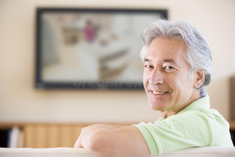 人微笑的电视注意 免版税库存照片