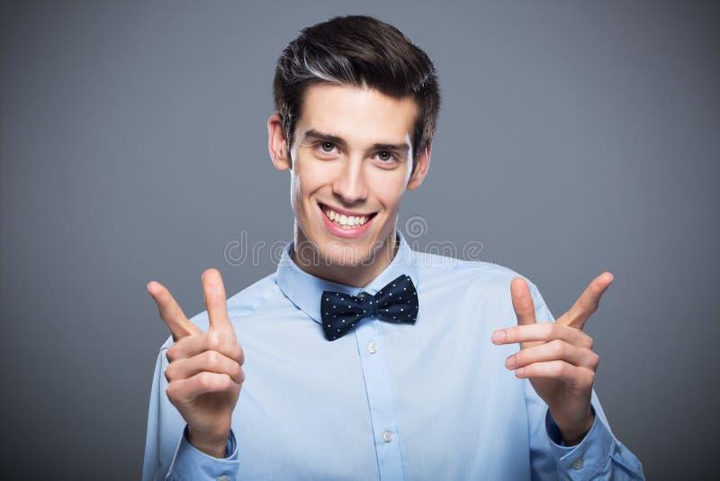 人微笑的年轻人 库存图片