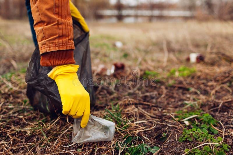 人志愿清洁垃圾在公园 户外采摘垃圾 生态和环境概念 免版税库存图片