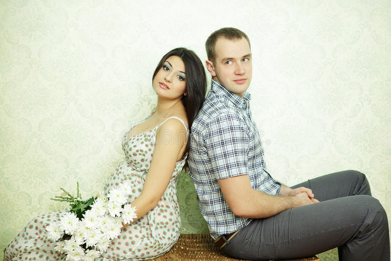 怀孕的夫妇 库存图片