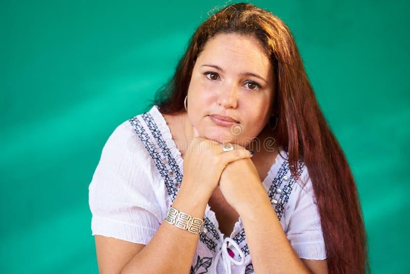 人情感哀伤的担心的沮丧的超重拉提纳妇女 免版税库存图片