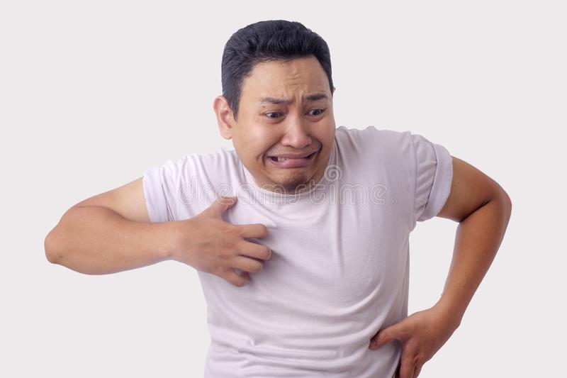 人感受痒的抓痕他的身体 免版税图库摄影