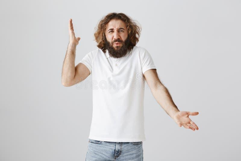 人懊恼与沉默寡言的建议或争论与朋友 被打扰的和疯狂的成人丈夫画象有坏脾气的 免版税库存照片