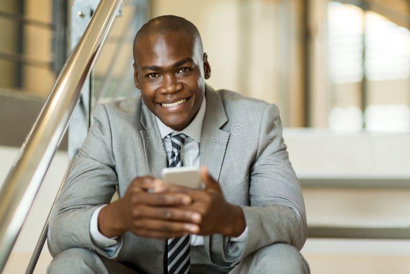 Download 人手机 库存照片. 图片 包括有 企业家, 电话, 户内, 电池, 大使, 确信, 买卖人, 查找, 事业 - 59106056